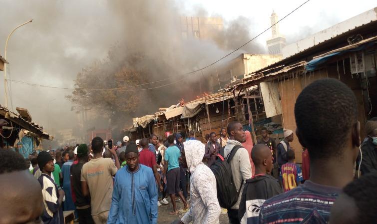 (Les Photos) Les tristes images de l'incendie qui ravage le marché Petersen! Le feu a duré plus 1h sans…
