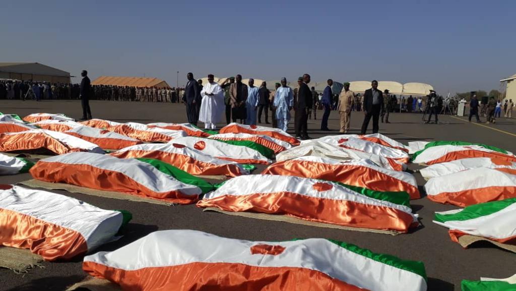 NIGER: Hommage du président Issoufou aux soldats morts à Inates