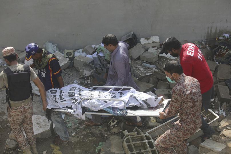 CATASTROPHE AU PAKISTAN : Un avion de ligne s'écrase sur des habitations avec 107 personnes à bord