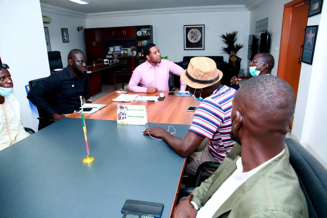 Bougane  Gueye  reçoit  des  jeunes des jeunes des parcelles assainies