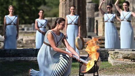 JO-2022: la flamme olympique a été allumée sur le site grec d'Olympie à huis clos
